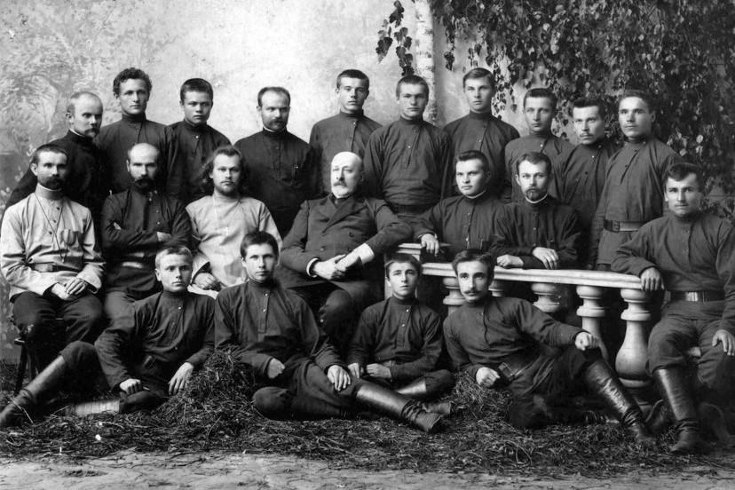 Члены братства. Третий слева в среднем ряду - о. Александр Секундов, четвертый - Николай Николаевич Неплюев