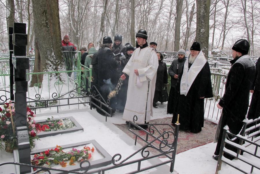 Заупокойная лития. Справа - митрополит Новгородский и Старорусский Лев