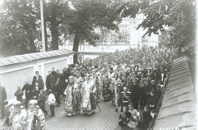 Крестный ход в Александро-Невской лавре. Ок. 1910 г.