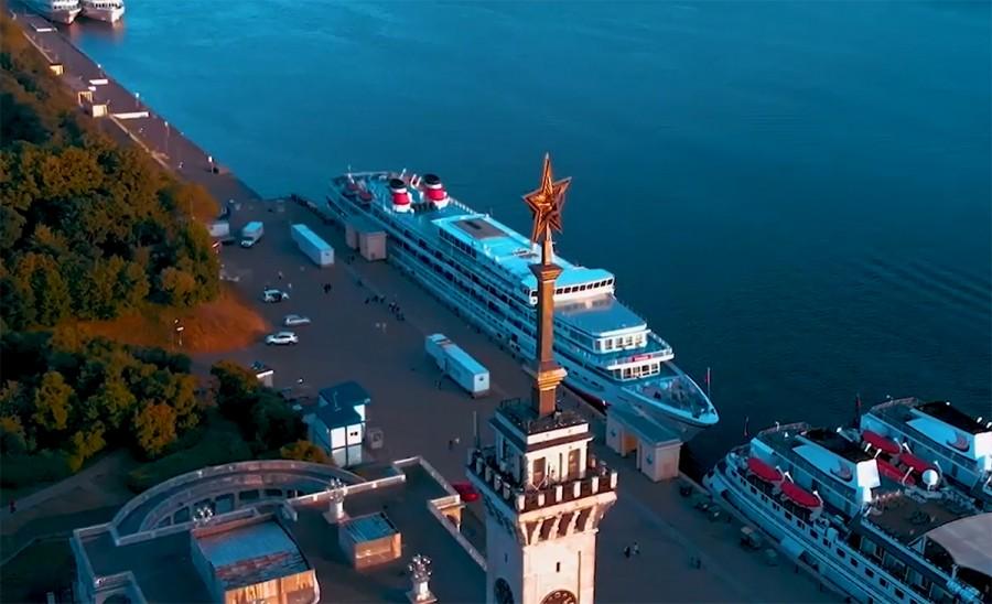 Здание Северного речного вокзала. Кадр из фильма «Канал памяти» о канале имени Москвы.