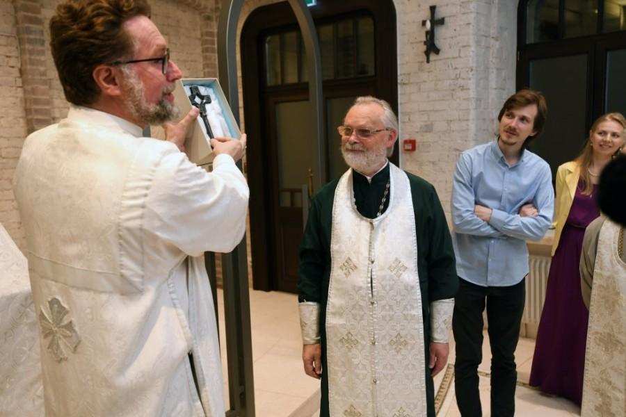 Первый проректор СФИ Дмитрий Гасак вручает основателю СФИ священнику Георгию Кочеткову памятный подарок – символический ключ от нового дома СФИ
