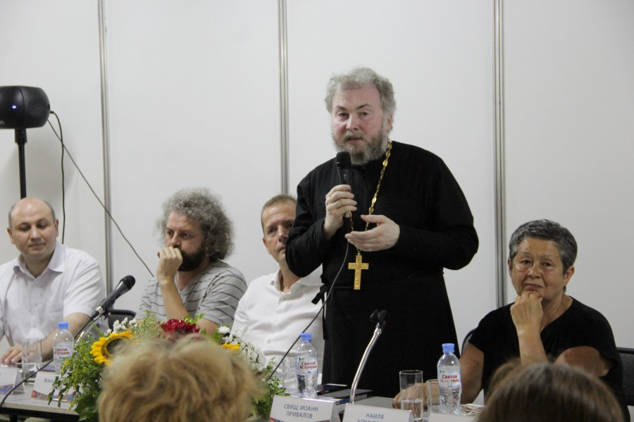 В центре – священник Иоанн Привалов