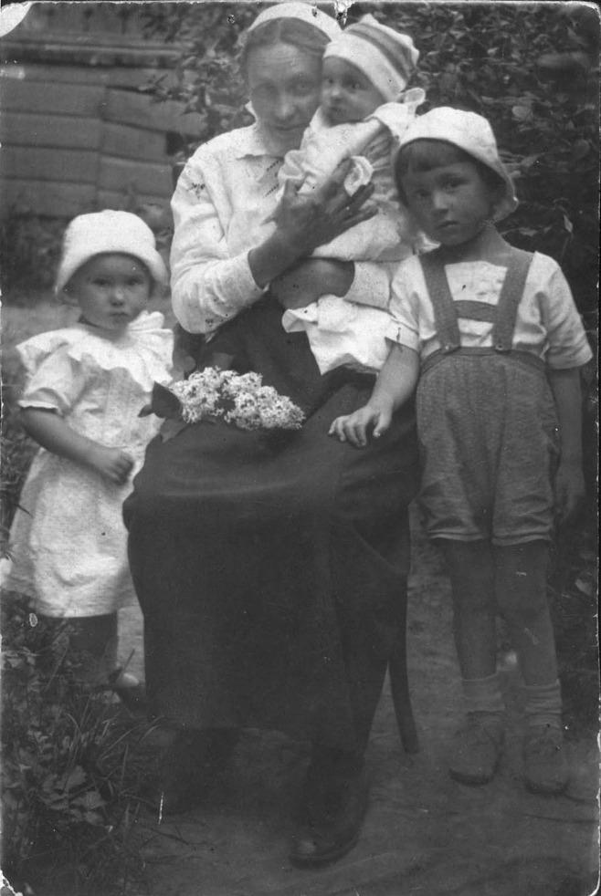 Фото 2. Наталья Дмитриевна Шик с детьми. 1926 г.
