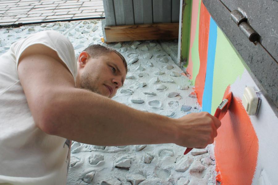 Никита Демидов, старший в нашей работе по росписи стен в приюте