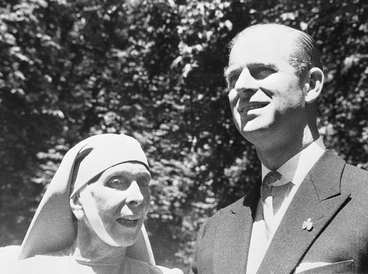 Филипп, герцог Эдинбургский, вместе с мамой, принцессой Алисой Греческой, на свадьбе Маргариты Баденской и принца Томислава Карагеоргиевича, 1957 год