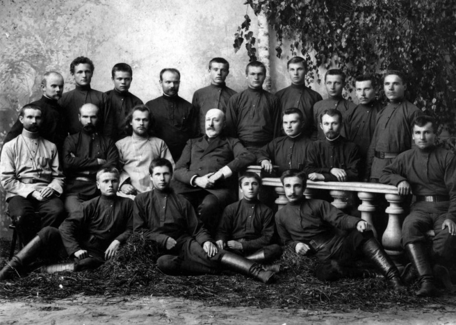 Николай Неплюев и священник Александр Секундов с членами Крестовоздвиженского православного трудового братства, ок. 1904-1907 г.