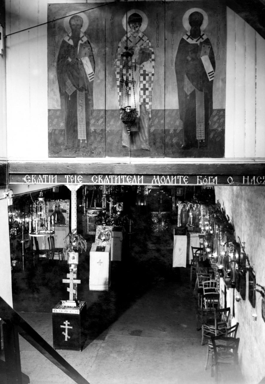Трехсвятительское подворье в Париже, подвальный храм. 1953. Из архива Фонда «Духовное наследие митрополита Антония Сурожского»