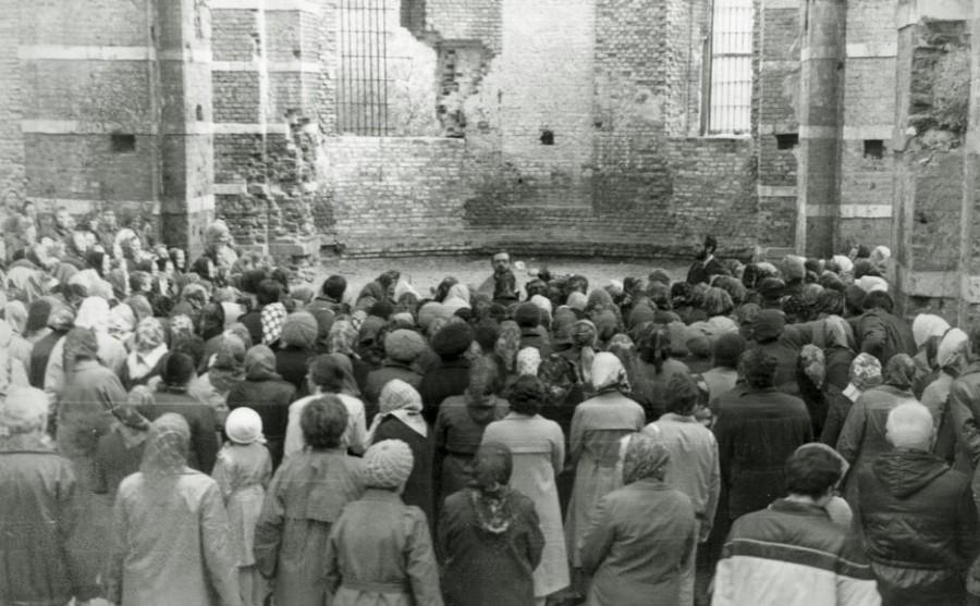 Богослужение в разрушенном Троицком храме города Электроугли – первом храме, куда отец Георгий был назначен настоятелем. 1989 год