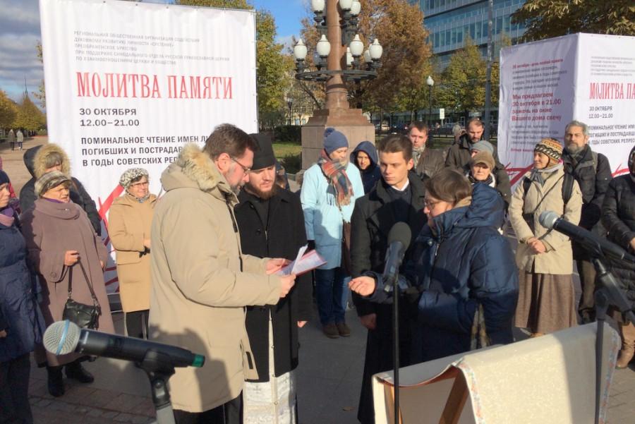 На Трубной площади. В центре - Дмитрий Гасак и иеромонах Парфений (Леонов)