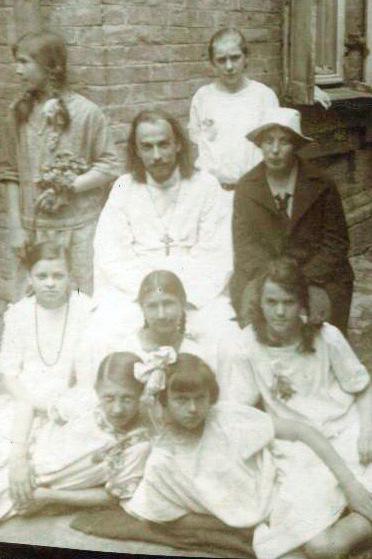 Священник Анатолий и Нина Сергеевна Жураковские с девушками из молодежной общины. Киев, 1920-е годы
