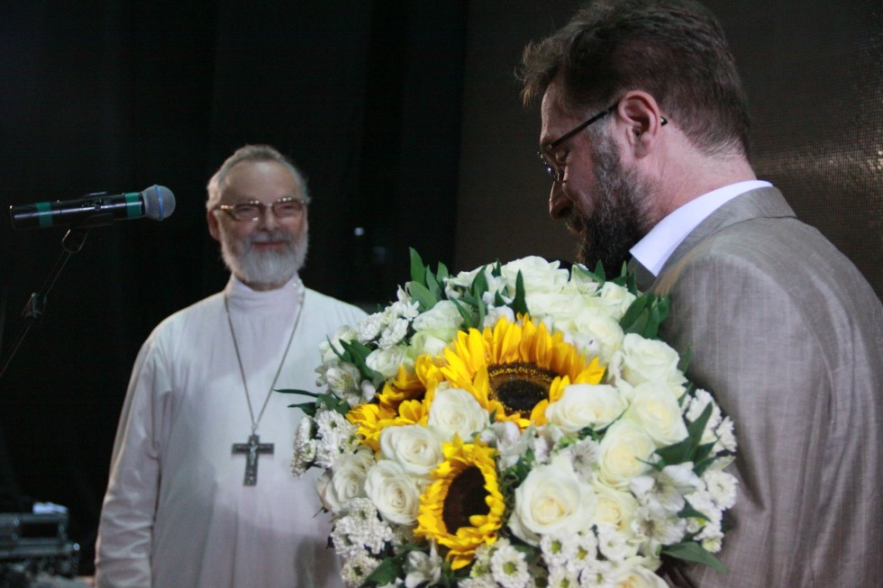 Председатель Братства Дмитрий Гасак поздравляет отца Георгия от имени братьев и сестер