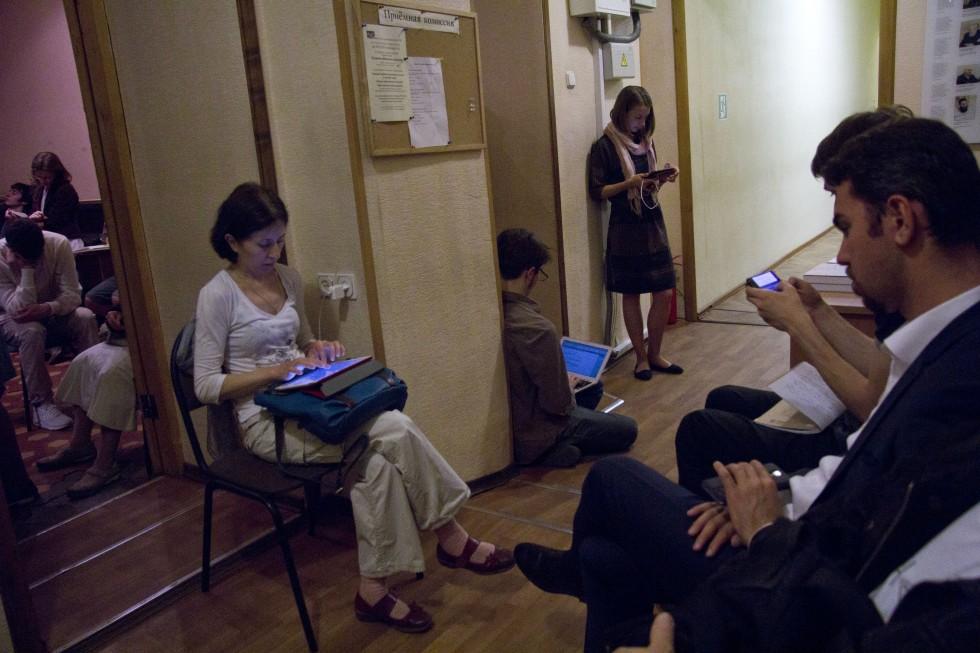 Студенты, которые не поместились в часовне, тоже слушают лекцию об «Итинерарии Ричарда»