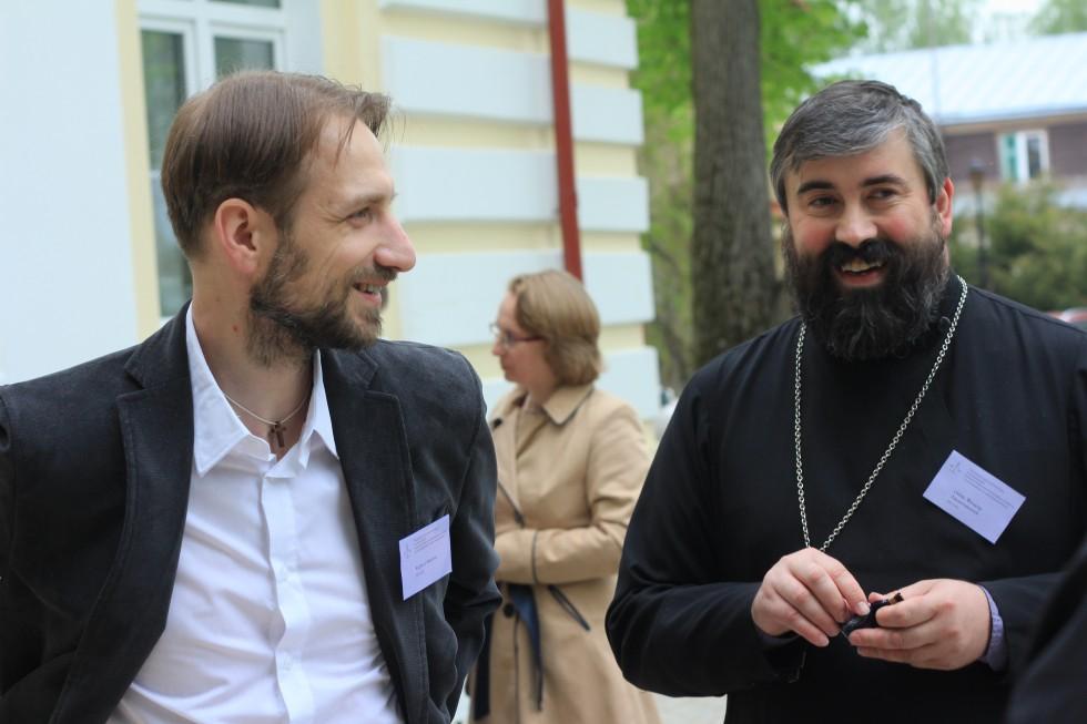 Старший преподаватель СФИ Кирилл Мозгов и священник Федор Людоговский