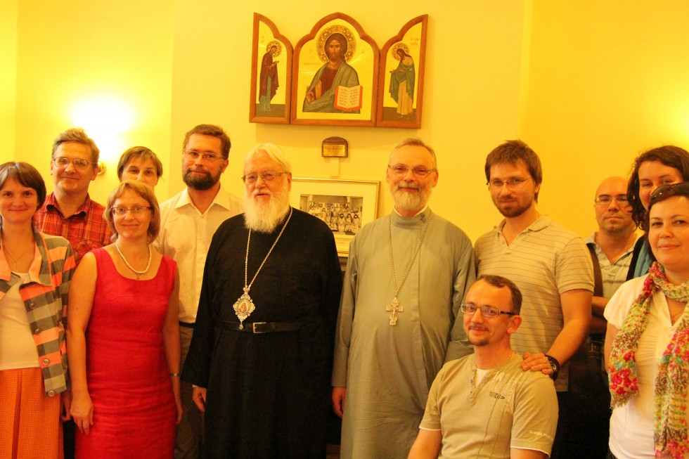 Митрополит Каллист (Уэр), священник Георгий Кочетков, группа паломников из Свято-Филаретовского института. Оксфорд, 8 августа 2013 года