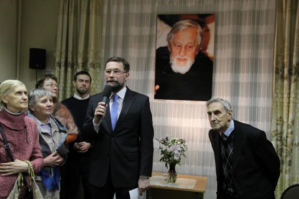 Первый проректор СФИ Дмитрий Гасак приветствует гостей вечера памяти перед экскурсией по выставке