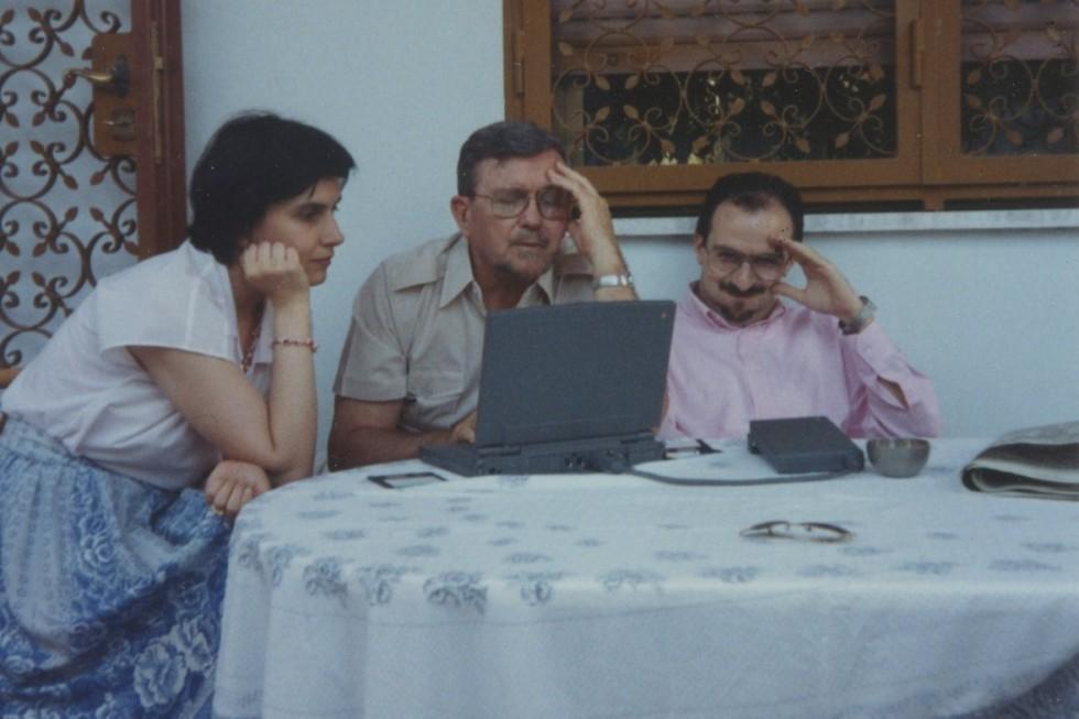 Отец Роберт Тафт за работой со Стефано Паренти и Еленой Велковска (1993). Фото: Даниил Галадза (публикация в Facebook)