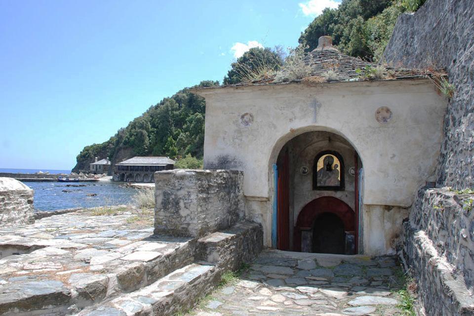 Вход в Иверский монастырь на Афоне. Надвратная Иверская икона – «Вратарница»