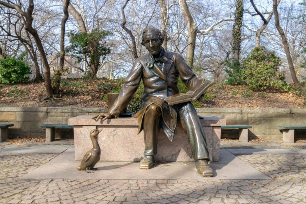 Памятник Хансу Кристиану Андерсену в Нью-Йорке.
