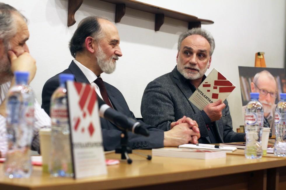 Заведующий сектором этики Института философии РАН Рубен Апресян (справа)