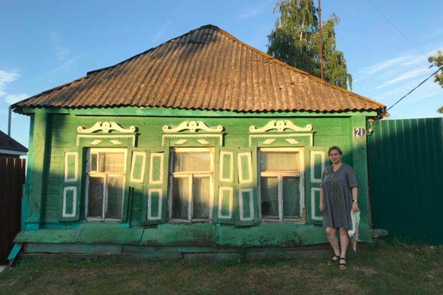 Елена Котова в исследовательской поездке по местам служения епископа Павлина (Крошечкина). Дом в Рыльске, в котором бывал епископ Павлин в 1921–1922 годах
