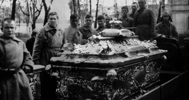 100 лет назад в России началась кампания большевиков по вскрытию мощей