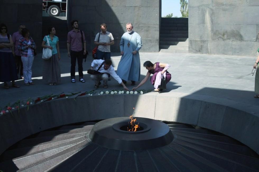 С братьями и сестрами у мемориального комплекса Цицернакабéрд (арм. Ծիծեռնակաբերդ — «крепость ласточки»), посвящённого жертвам геноцида армян 1915 года. Ереван, сентябрь 2014 года
