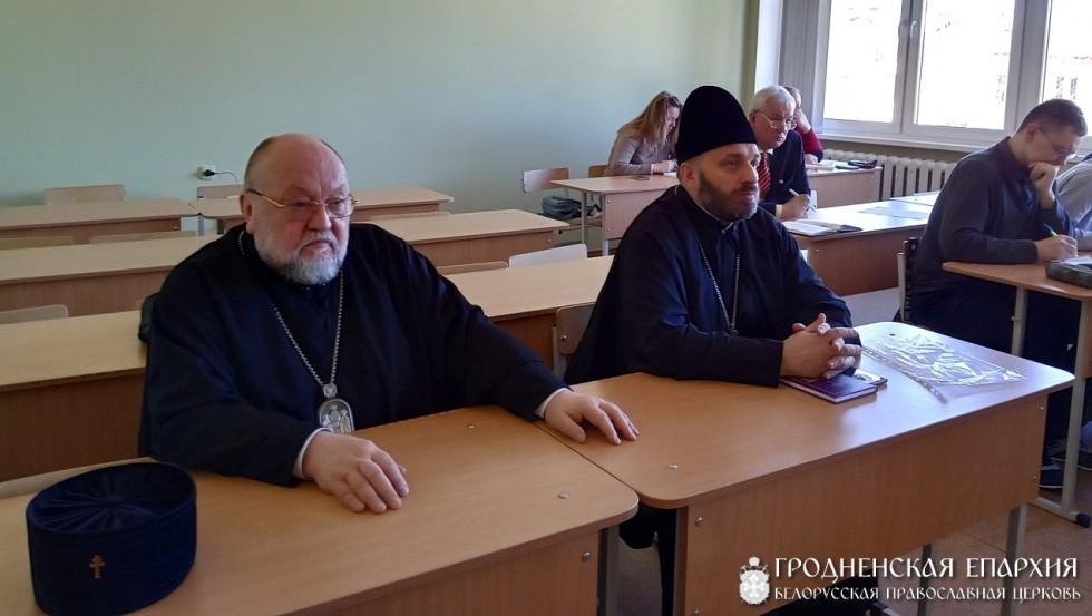 Архиепископ Гродненский и Волковысский Артемий и секретарь Гродненской епархии протоиерей Анатолий Ненартович