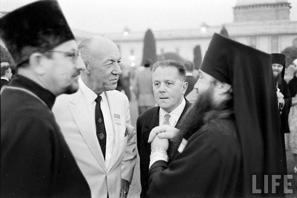 Митрополит Никодим (Ротов) (крайний справа) и отец Виталий Боровой (крайний слева) на 3-й Ассамблее ВСЦ в Нью-Дели. Декабрь 1961 года