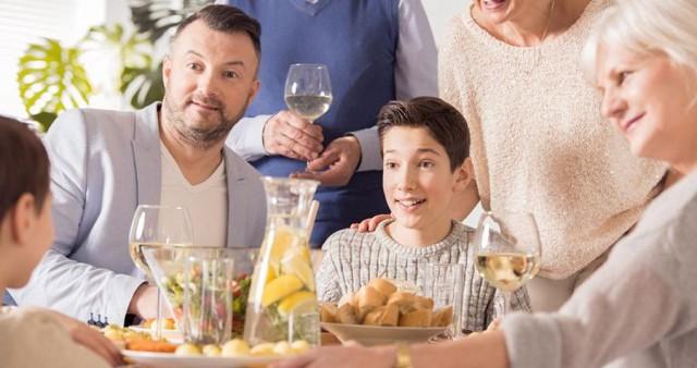 Можно ли подростку пробовать алкоголь во время семейного застолья