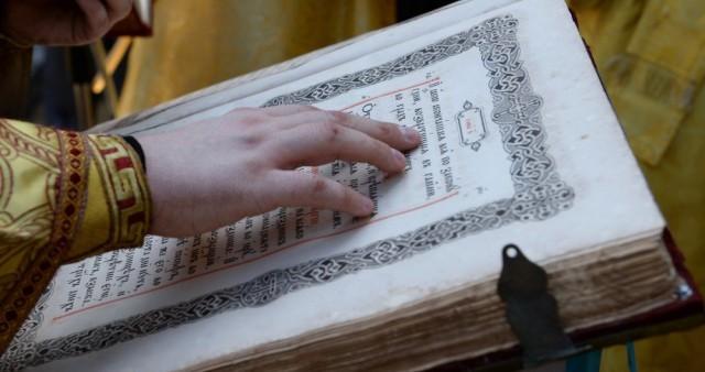 Большинство россиян поддержали идею перехода на современный русский на богослужениях