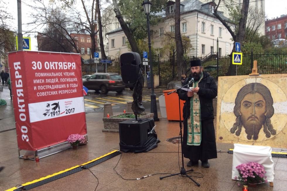 Священник Федор Людоговский. «Молитва памяти» напротив Иоанно-Предтеченского монастыря, где располагался один из 12 советских концлагерей в Москве