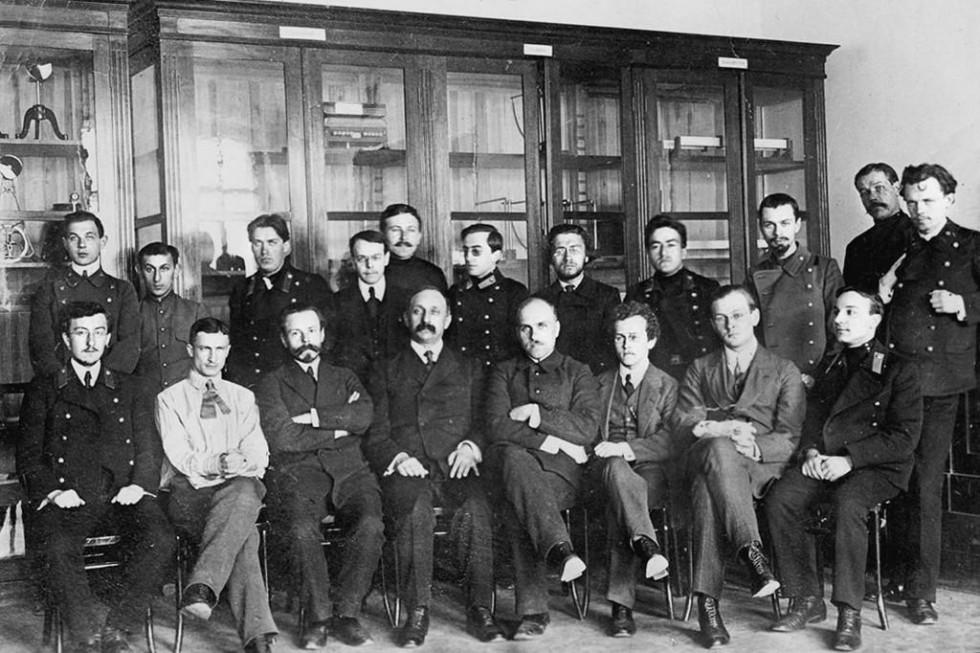 Георгий Челпанов среди учеников и сотрудников Психологического института, созданного им в 1912 году при Московском университете