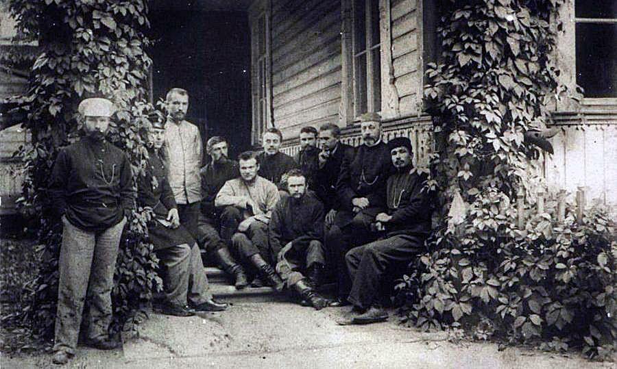 Николай Неплюев с членами Крестовоздвиженского трудового братства на крыльце его дома