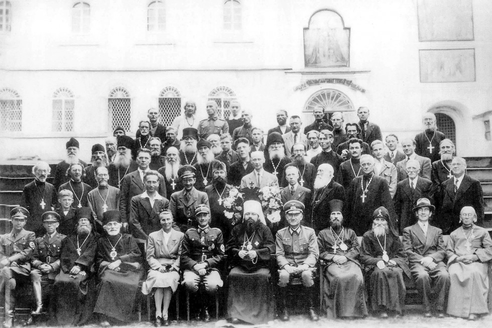 Духовенство Псковской православной миссии и немецкие военные во Псково-Печерском монастыре. Фото: Wikimedia Commons