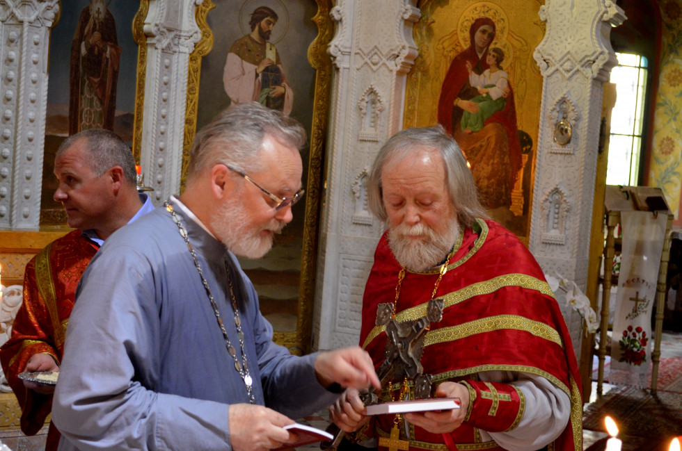 Отец Георгий Кочетков дарит сборник богослужебных переводов отцу Георгию Блатинскому