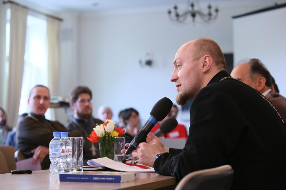 Священник Андрей Мояренко, первый проректор Кузбасской духовной семинарии, в своем докладерассмотрел современные катехизисы как источник для огласительной проповеди о Христе
