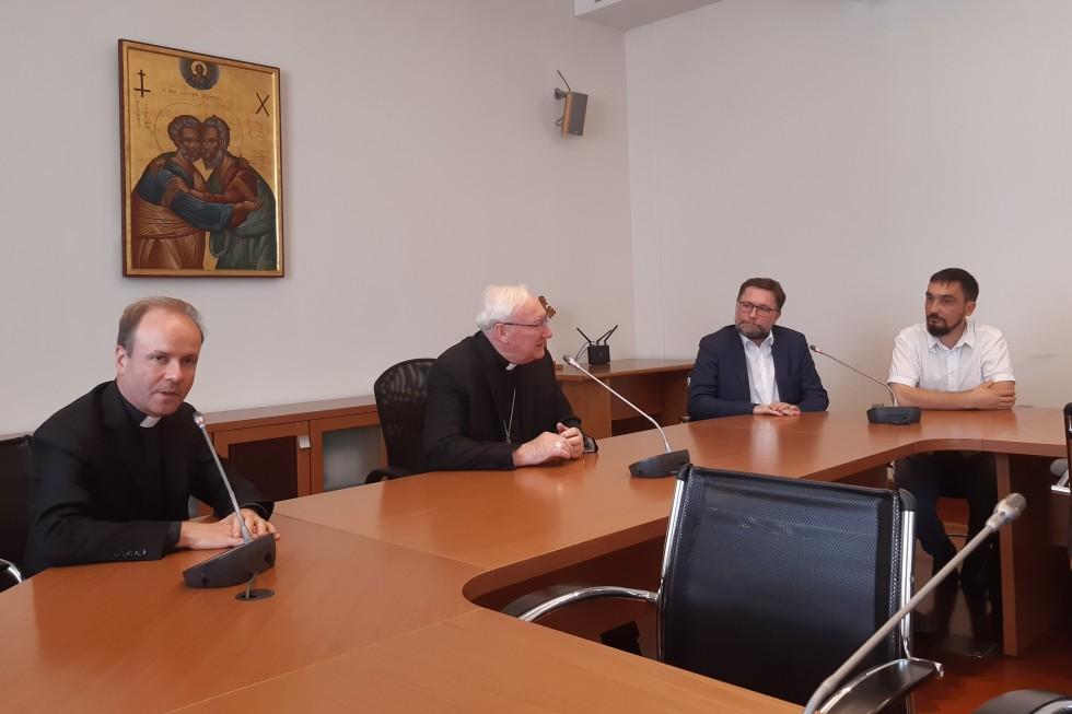 Слева направо: священник Иакинф Дестивель, епископ Брайан Фаррелл, Дмитрий Гасак