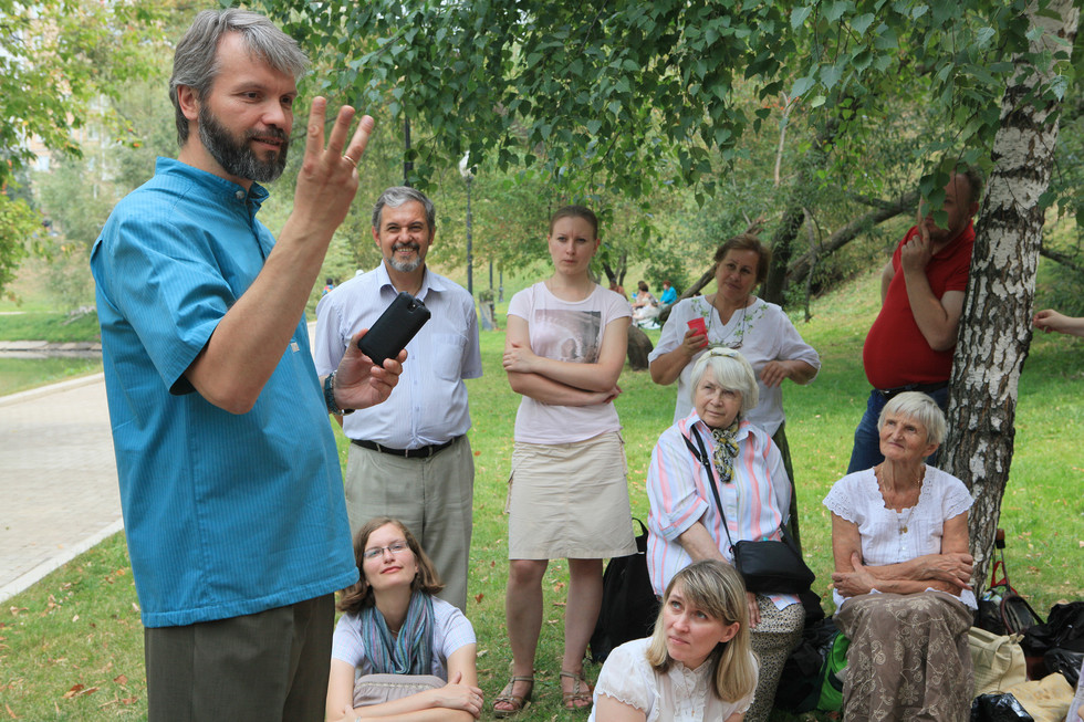 Vladimir Yakuntsev, lecturer in Catechetics, with students at an agape meal near the Novodevichy Convent
