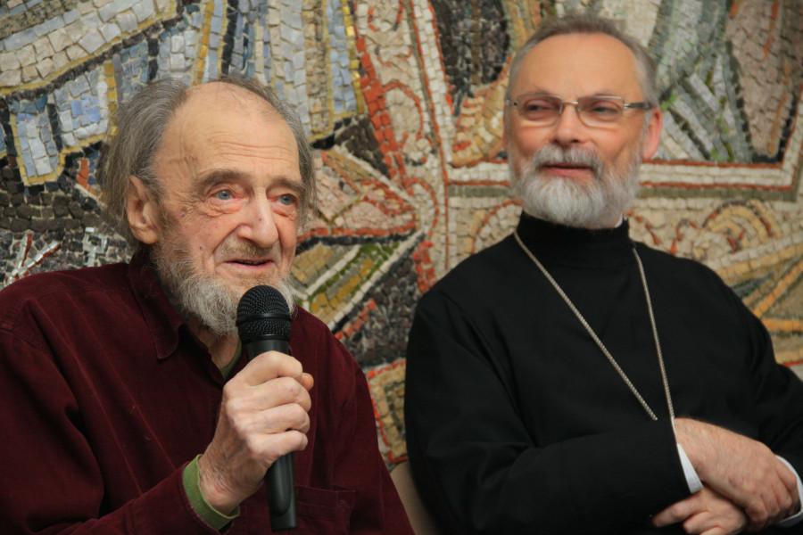 Алексей Петрович Арцыбушев и священник Георгий Кочетков в загородном доме Культурно-просветительского центра «Преображение», 2013 год