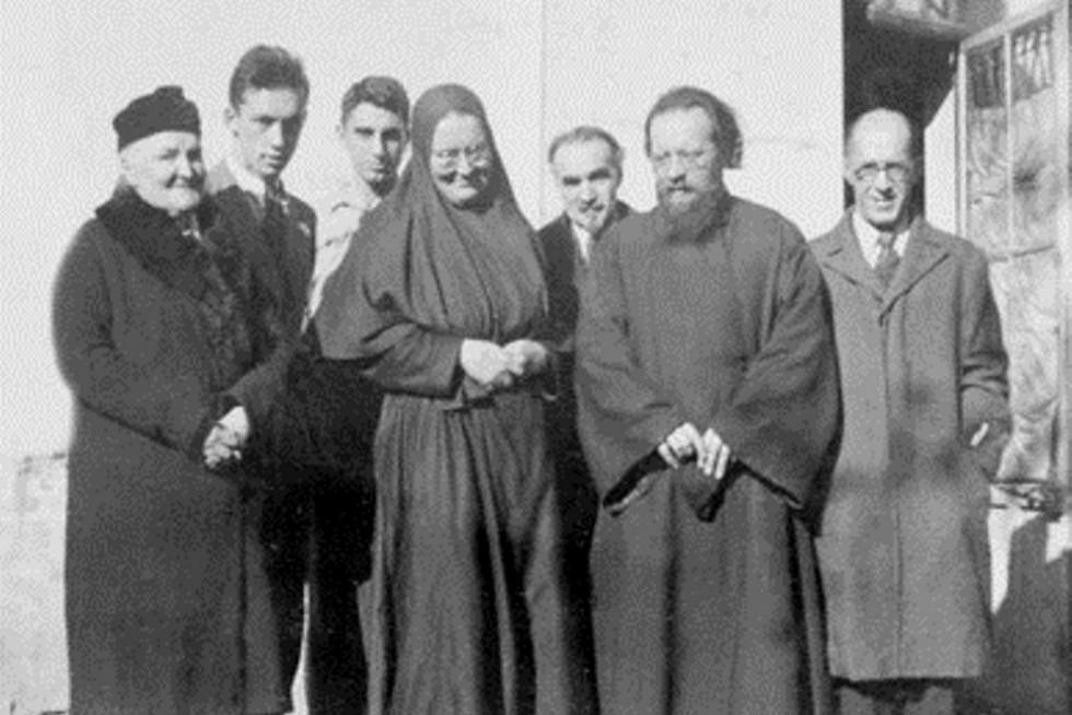 Слева направо: София Борисовна Пиленко, сын Юрий, Алексей Бабаджан, монахиня Мария, профессор Георгий Петрович Федотов, отец Дмитрий Клепинин, Константин Васильевич Мочульский. Лурмель, осень 1939 года