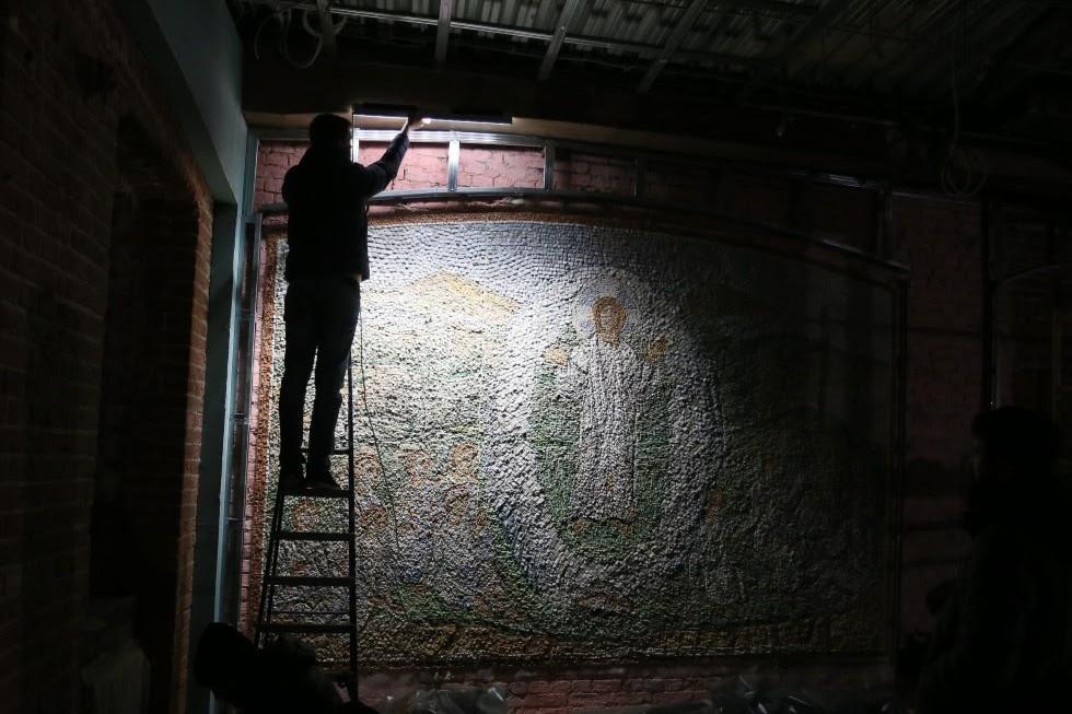Установка деревянных фальш-балок на потолок