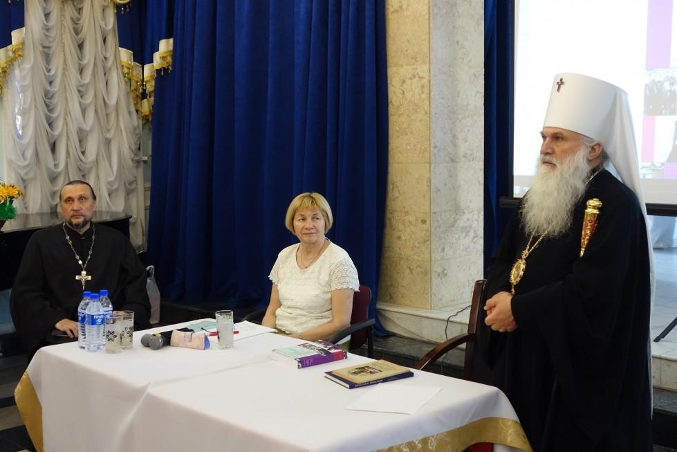 Слева направо: протоиерей Сергий Стаценко, Ольга Борисова, митрополит Ташкентский и Узбекистанский Викентий