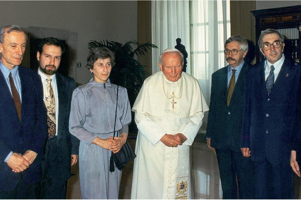 С Римским папой, в его покоях (слева направо): Патрик Де Лобье, Андрей Козырев, Ольга Седакова, Иоанн Павел II, Николай Котрелев, Сергей Аверинцев