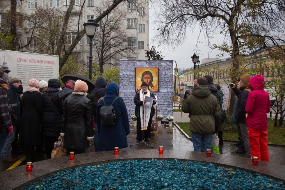 «Молитва памяти»в Москве на Покровке, на месте взорванного Успенского храма. Литию по всем невинно пострадавшим и убиенным от советских репрессий служит протоиерей Павел Вишневский