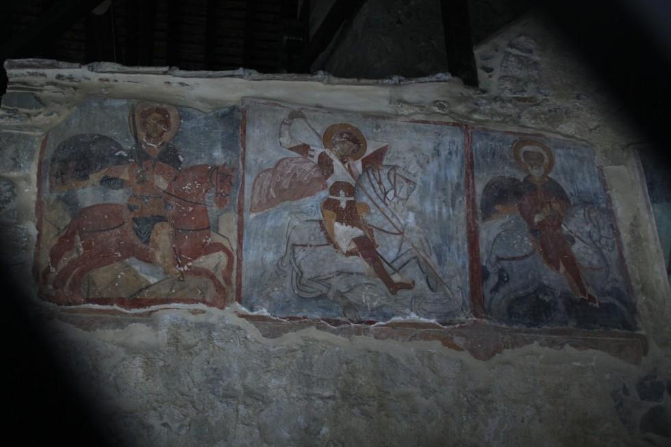 Чтобы сохранить фрески горные храмы на Кипре укрывают в специальные саркофаги. Снаружи можно тихонько фотографировать