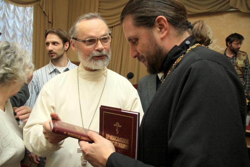 Священник Георгий Кочетков и протоиерей Евгений Горячев на презентации серии переводов «Православное богослужение». Санкт-Петербург, 13 мая 2011 года