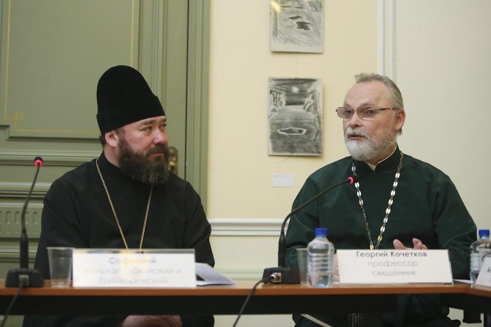 Ведущие круглого стола епископ Губкинский и Грайворонский Софроний и ректор СФИ священник Георгий Кочетков